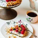Sportlich, sommerliches No-Bake-Quark-Törtchen mit Beeren und Knusper-Crunch