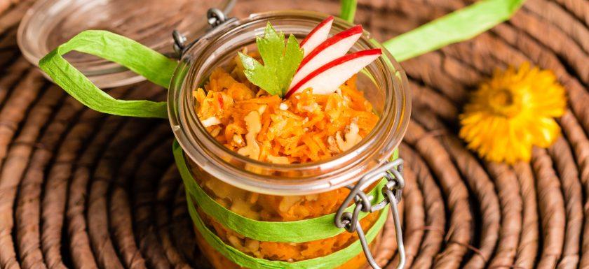 Möhren-Ingwer-Salat mit Walnüssen und Leinöl-Dressing