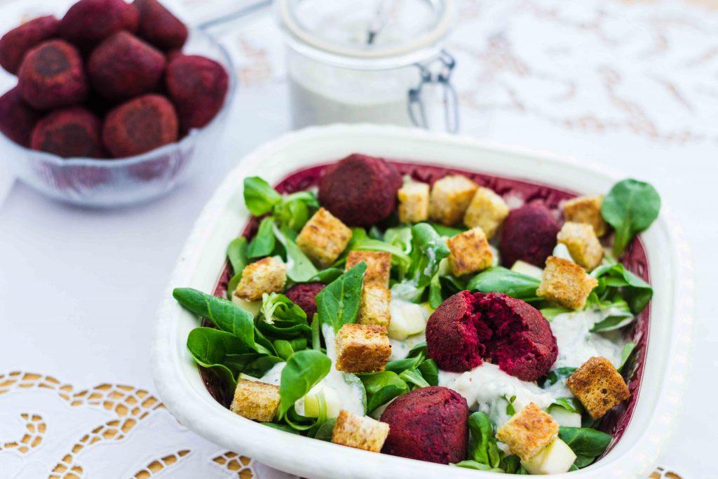 Rote Bete Falafel mit Feldsalat und Tahini-Tzaziki