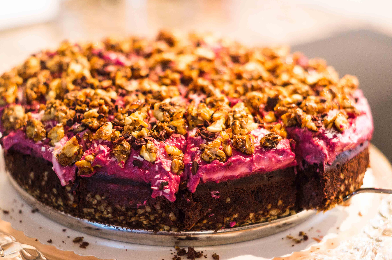 Veganer Rotweinkuchen mit Lebkuchengewürz, Rotweincreme, karamellisierten Walnüssen und Kakaonibs