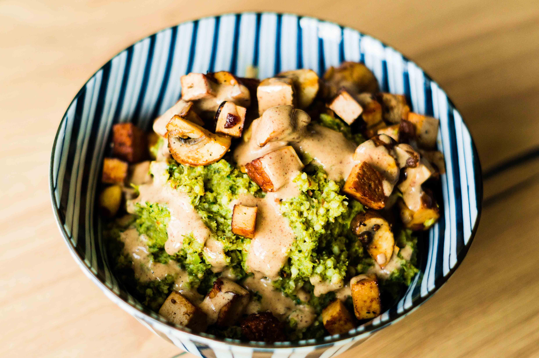 Coucous mit Grünkohl-Aufstrich, Tofu, Zwiebeln und Pilzen