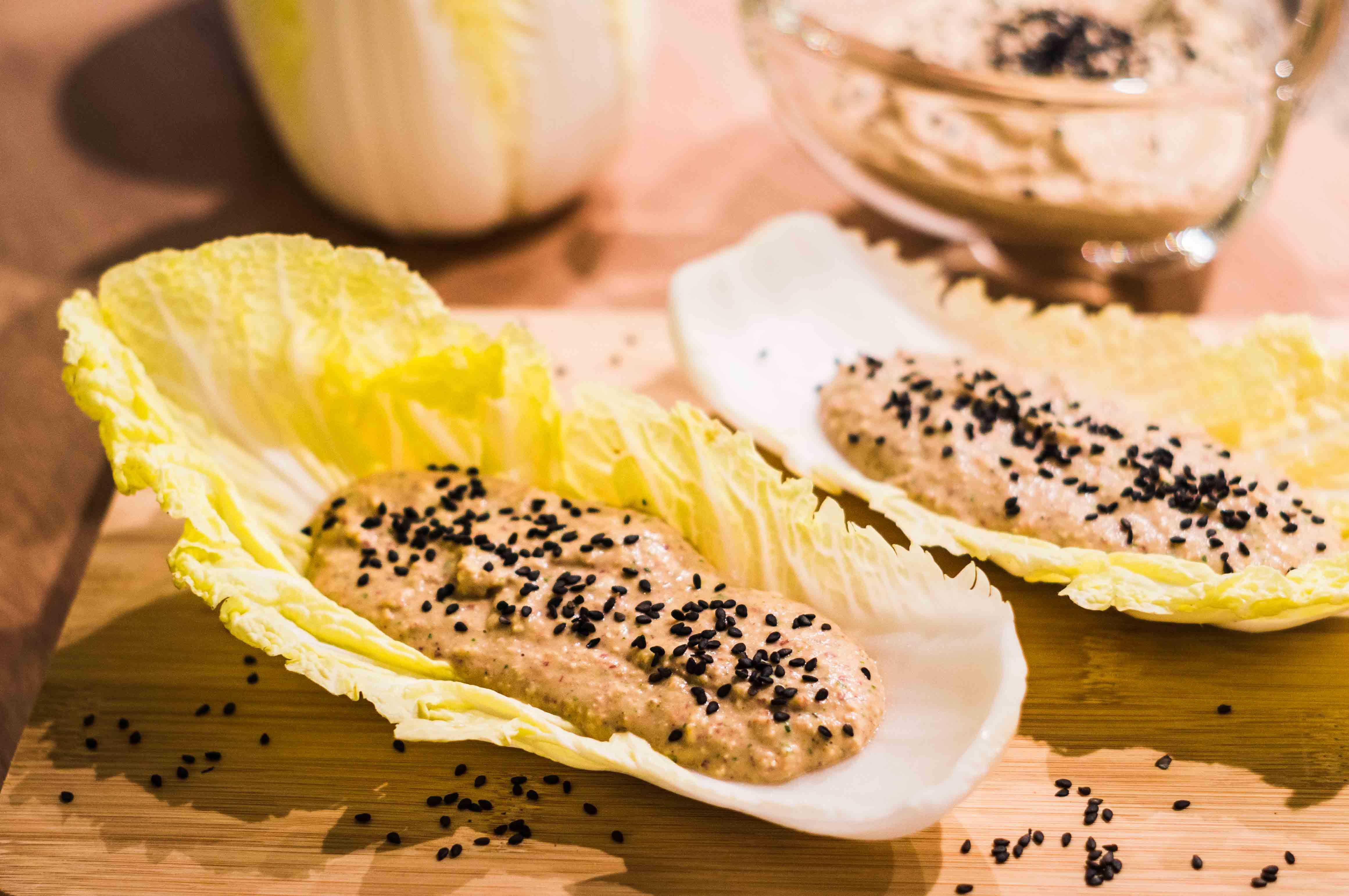 Bohnen-Creme in Chinakohlblättern