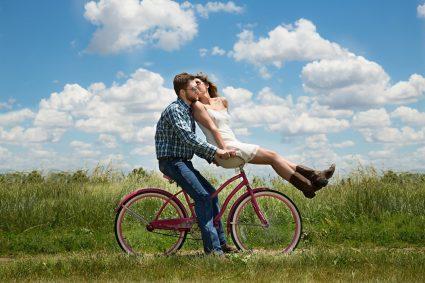 Mann mit Frau auf Fahrrad