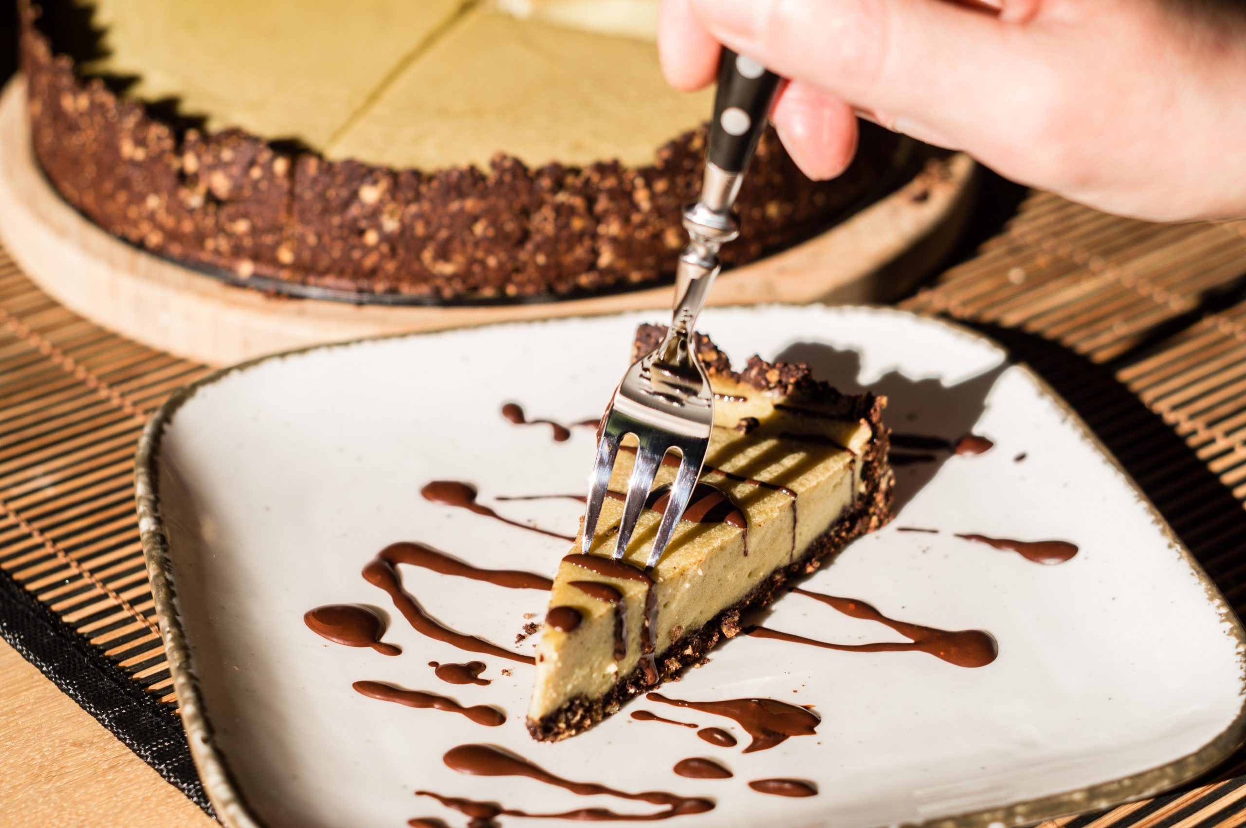 Veganer After-Eight-Käsekuchen mit geschmolzener Zartbitterschokolade