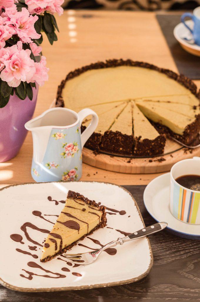 Veganer After-Eight-Käsekuchen, Kaffeetafel mit buntem Service, Blumen und Kaffee