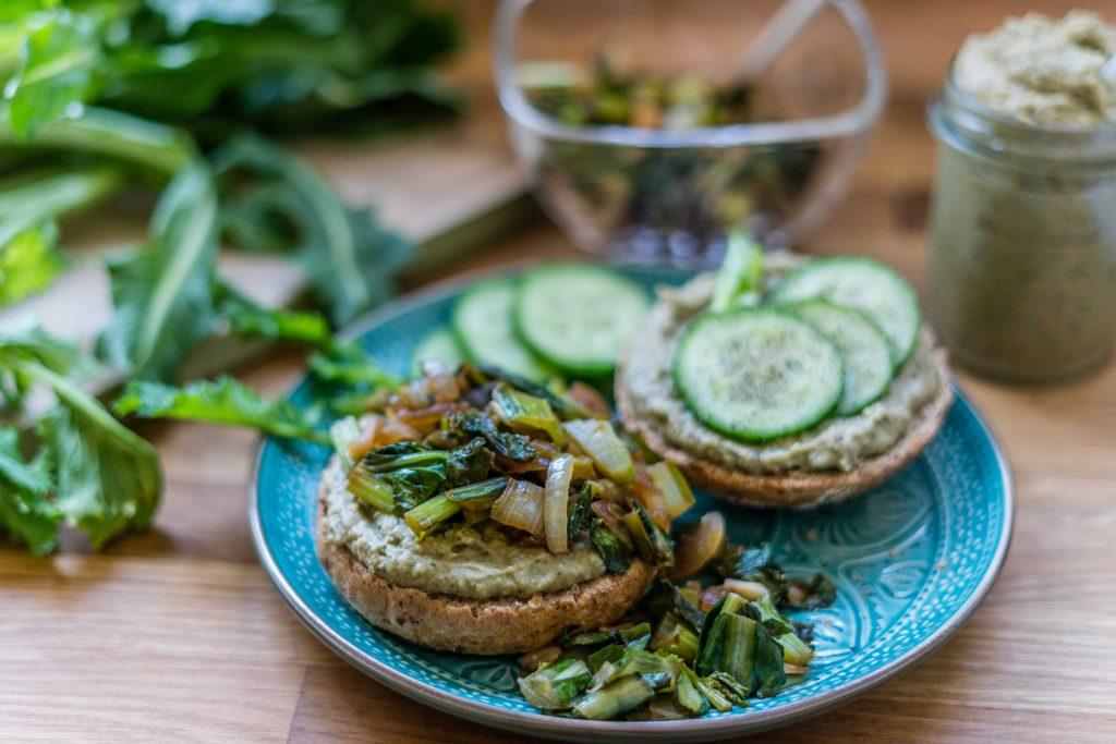 Dinkelbrötchen mit Hummus und Gemüse